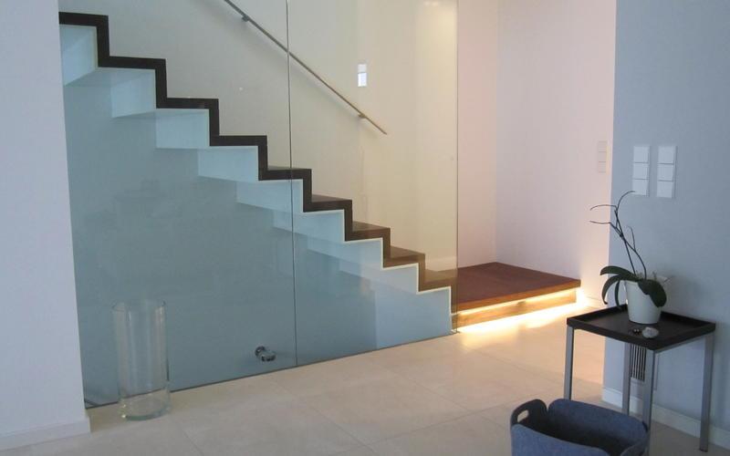 Tischlerei Riese, Glandorf; Treppe auf Stahlkern in Nussbaum natur geölt
