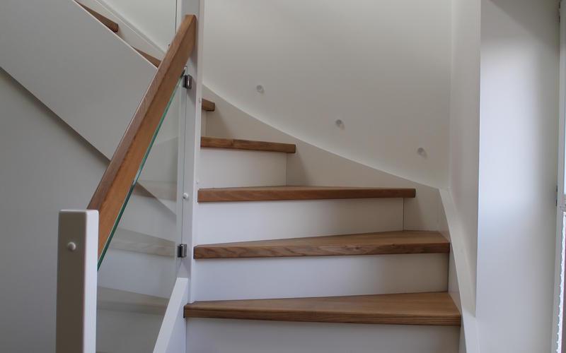 Tischlerei Riese, Glandorf; Wangentreppe mit Stufen in Eiche natur, Wangen, Stoßstufen und Pfosten in weißlack