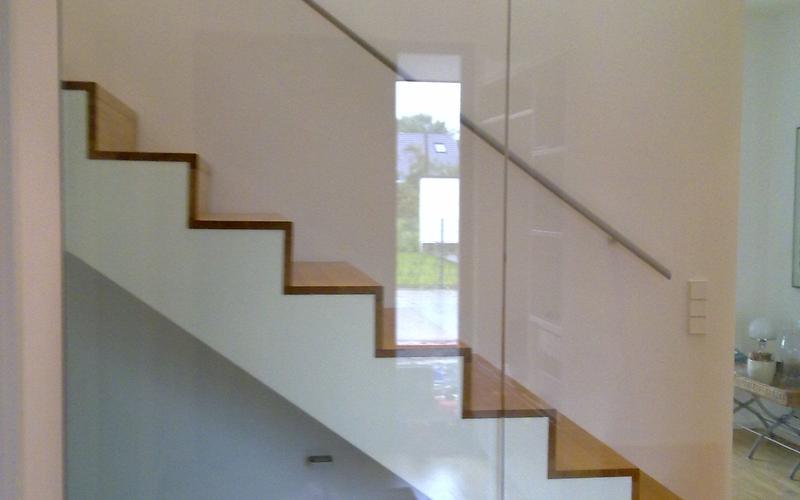 Tischlerei Riese, Glandorf; Treppe auf Betonkern in Eiche natur lackiert